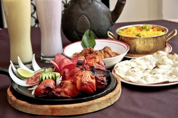 Mutton Qorma, Vegetable Pulaoo, Nan de Mantequilla, Tandoori Chicken