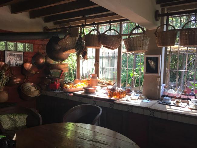 Frutas, cazuelas, ollas, canastas con hierbas de olor abundan en la cocina de Quinta Diana, en San Francisco Coatepec, Michoacán. // Foto: Animal Gourmet.