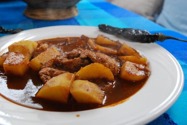 Los bisteces en pasilla son un clásico de las fondas chilangas y los tacos de guisado. // Foto: Chris Kohatsu.