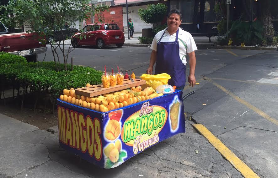De marzo a julio, Don Toñito vende mangos en la colonia Condesa. // Foto: Animal Gourmet