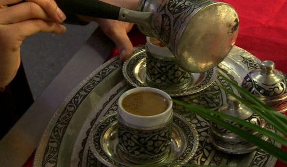 La hospitalidad y el entretenimiento forman parte de la experiencia de beber el café turco. // Foto: BBC.