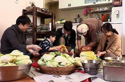 La preparación del kimchi sigue un ciclo de un año y las personas se reúnen para hacerlo y para que dure durante el invierno. // Foto: Cultural Heritage Administration.