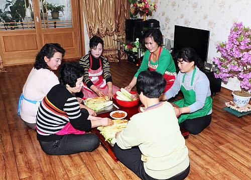 Preparación del kimchi coreano. // Foto: Korean National Heritage Preservation Agency, 2013.