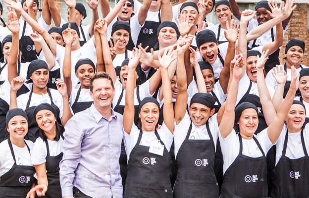 El chef David Hertz con alumnos de Gastromotiva en Brasil. // Foto: gastromotiva.org
