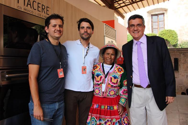De izquierda a derecha: el chef Jorge Vallejo, el chef Virgilio Martínez, la cocinera tradicional Trinidad Mamani y el embajador de Perú en México. // Foto: Mariana Toledano.