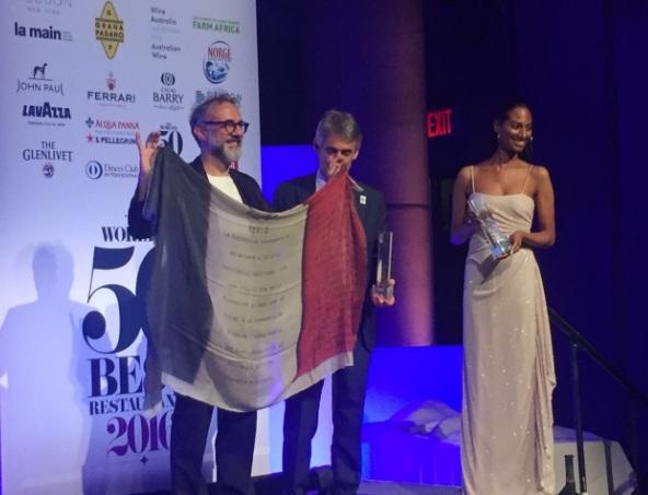 Massimo Bottura al recibir el premio del Mejor Restaurante del Mundo 2016. // Foto: @valeom