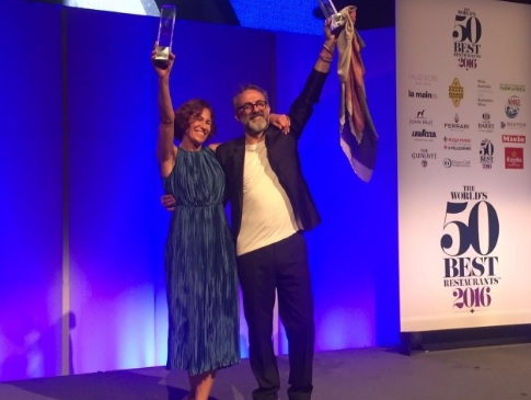 Lara Gilmore y Massimo Bottura reciben el premio en The World's 50 Best. // Foto: @valeom
