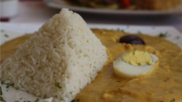 El ají de gallina es uno de los platos típicos de la comida peruana que adquiere su color amarillo característico gracias al uso de cúrcuma.