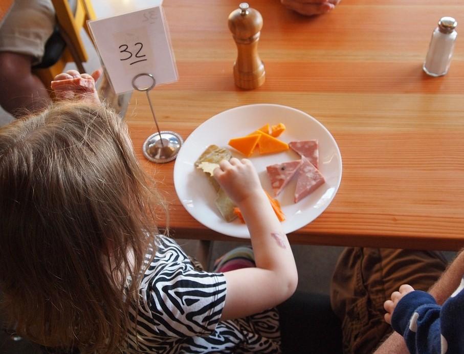 Muchos alimentos, por tradición cultural, se siguen comiendo con las manos. // Foto: Pixabay.