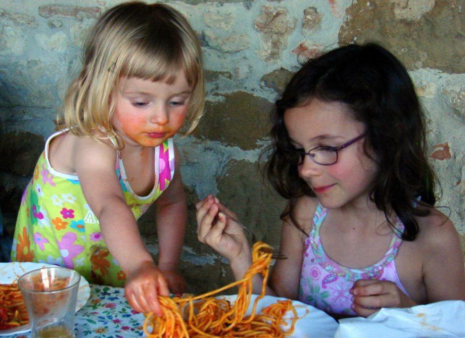 A los niños les gusta tocar la comida con sus manos. // Foto: Wikimedia Commons.