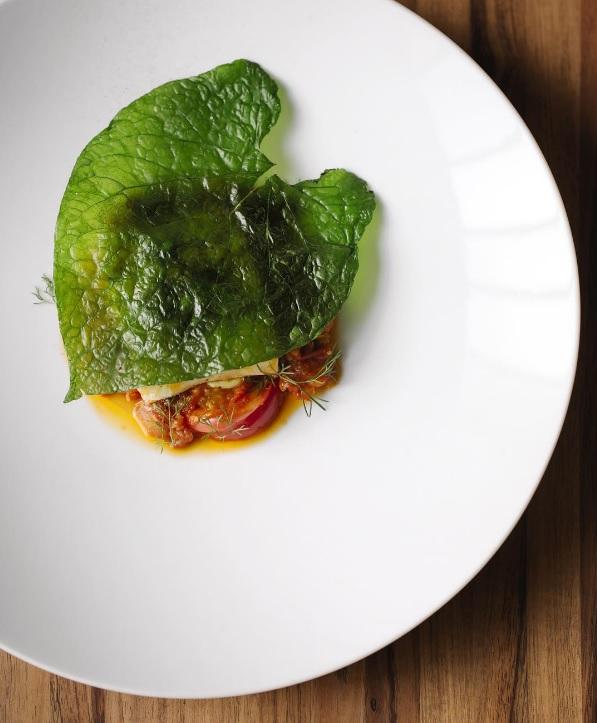 Pesca del día confitada, tomate riñon, mayonesa de aguacate, mojo de cilantro, hoja santa. // Foto: Pujol Instagram