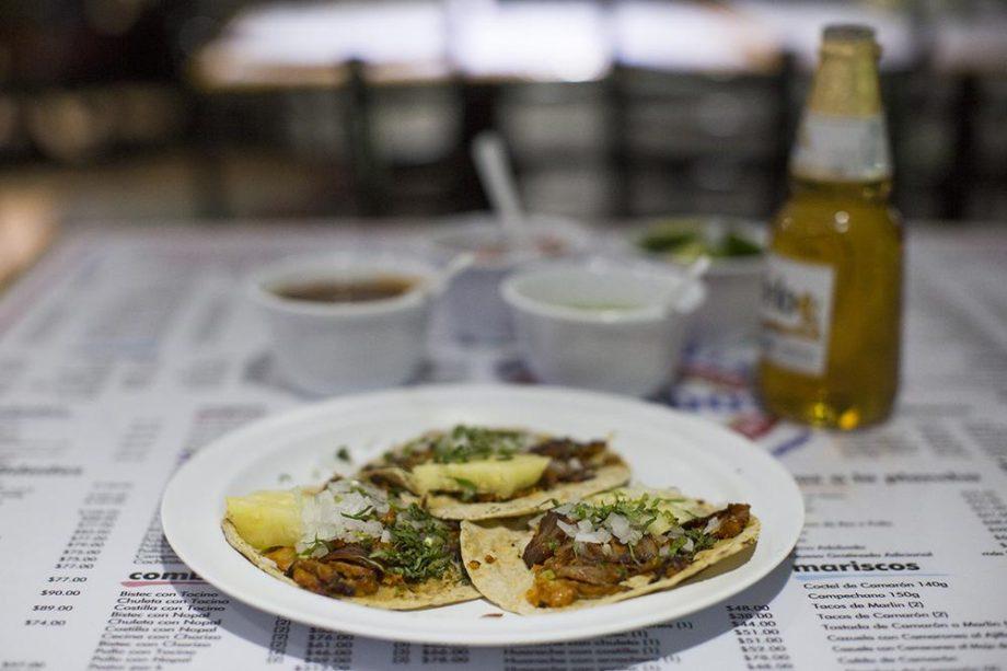 Tacos al pastor con piña, cebolla y cilantro.// Foto: Carlos Castillo. Munchies.