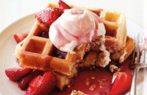 Waffles de vainilla con crema batida y fresas. // Foto: Erin Kunkel.