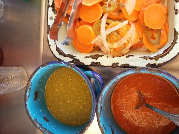 Algunos de los complementos de los lonches de Lupe.//Foto: Nadia Luna.