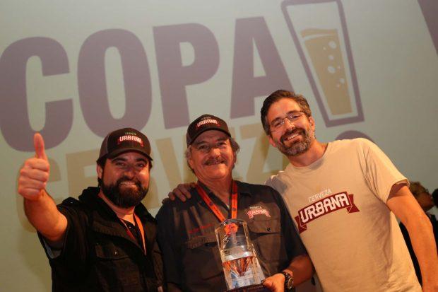 Los hermanos Armando y Alejandro Reneaum reciben premio por su cerveza en Baja California.