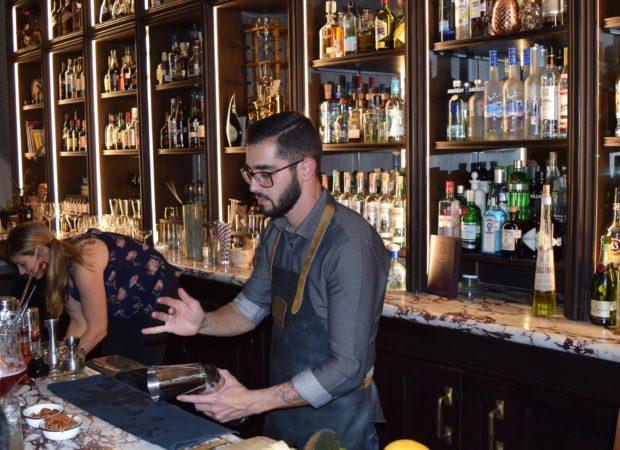 Mica Rousseau, trabajando con la bartender canadiense Lauren Mote durante Cocktail Week México.//Foto: Roxana Zepeda.