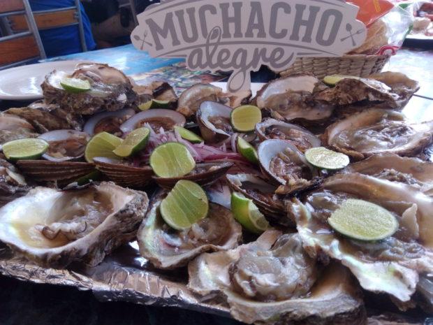 Ostiones con cebolla, sal y limón. //Foto: Roxana Zepeda.