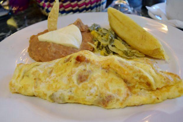 Omelette relleno de camarones acompañado de rajas poblanas y tamal de elote. //Foto: Roxana Zepeda.