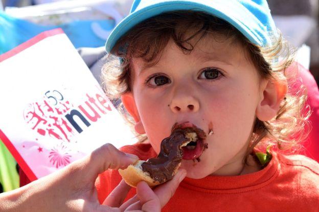 Aunque la Nutella se reclasificara en la categoría de las mermeladas, seguiría teniendo el doble de calorías de estos productos.//Foto AFP Getty.