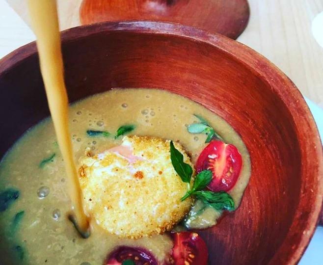 Sopa de garbanzo con huevo perfecto. // Foto: Alam Méndez.