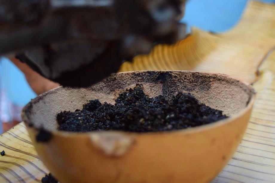 Así se ve la pasta de chiles, especias y más ya molida. // Foto: Mayra Zepeda.
