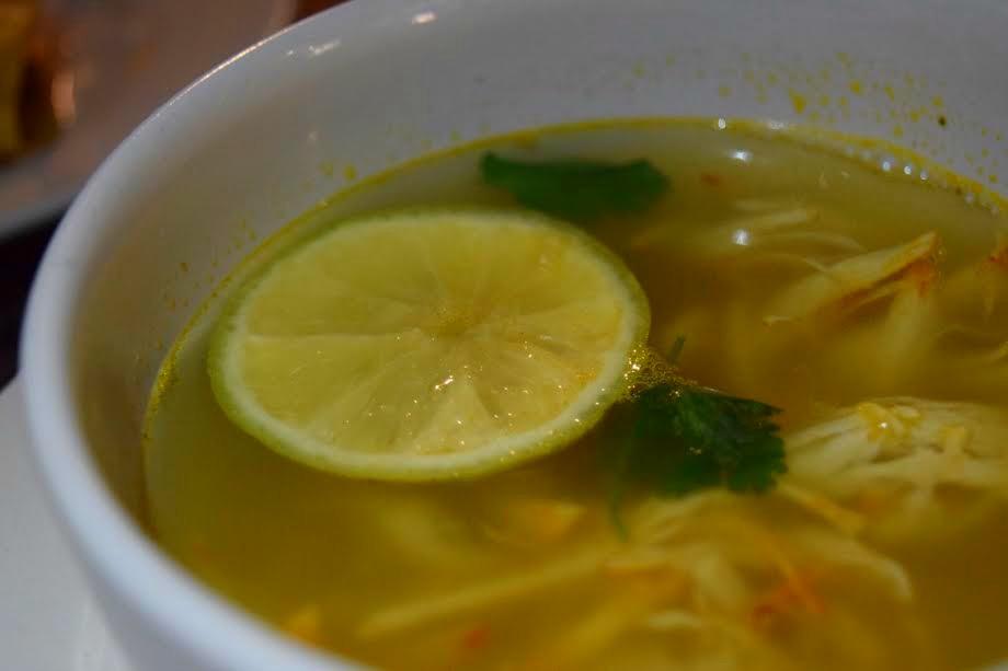 ¡Nada de limón a la sopa de lima! Deja que sus sabores hablen por sí mismos. // Foto: Mayra Zepeda.