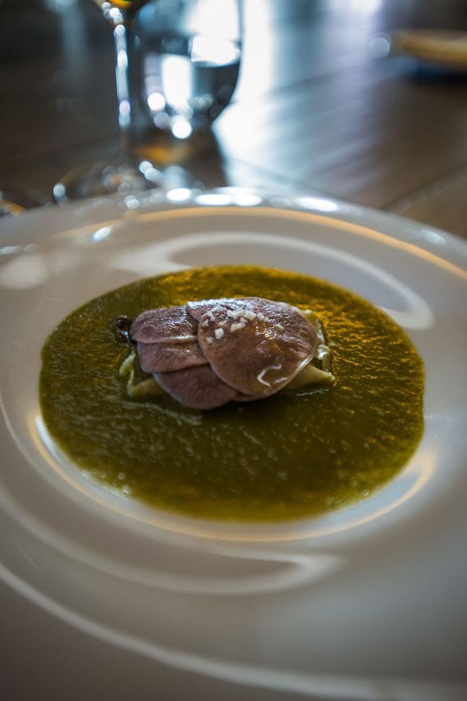Tamalito de frijol con lengua de res y mole verde.