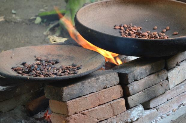 Así se tuestan los granos de cacao en la cocina chontal. // Foto: Claudía García.