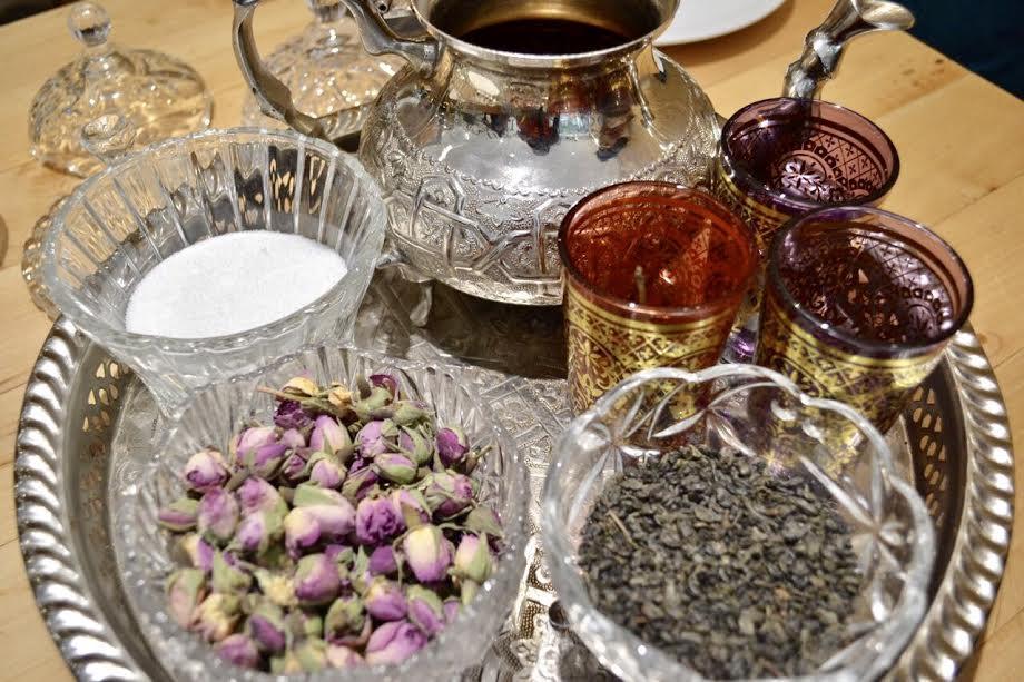 El café turco te lo preparan en la mesa. Desde que lo calientan, hasta que le agregan cardamomo y azúcar.