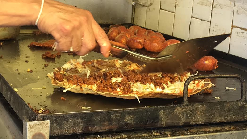 Tlayuda con cecina enchilada, tasajo y chorizo de Aquí es Oaxaca.