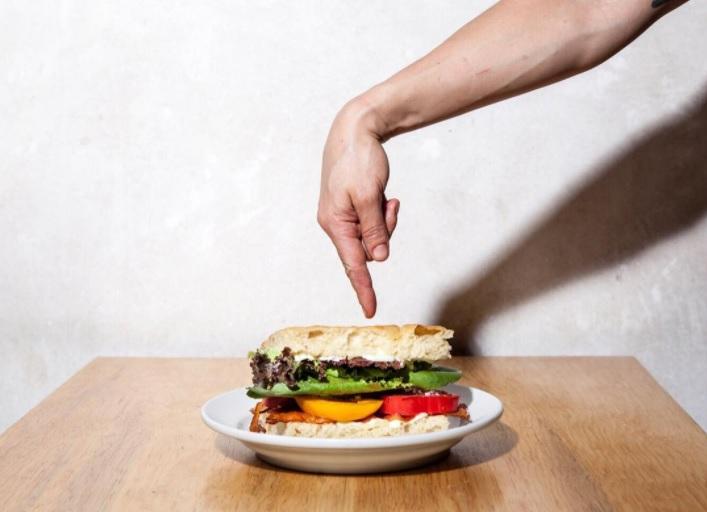 Sándwich de tocino, lechuga y jitomate con mayonesa en focaccia. // Foto: instagram.com/cicatrizcafe
