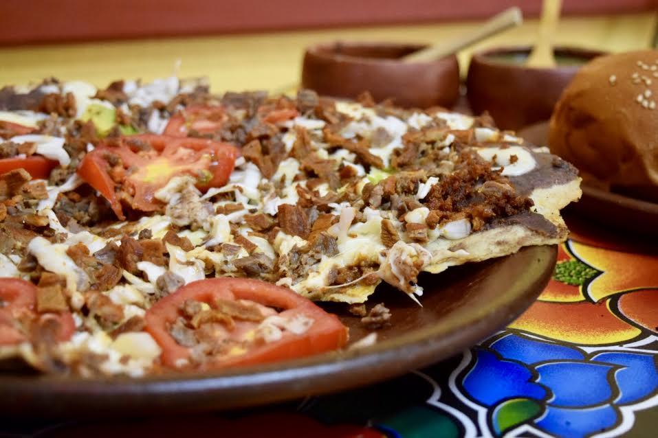 """Tlayuda """"del patrón"""". Lleva tasajo, cecina enchilada y chorizo."""
