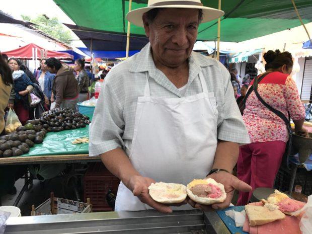 Don Simón nos muestra cómo prepara una torta de helado.