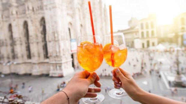 El Aperol está hecho con naranja amarga, hierbas y una receta secreta y es la base del spritz.