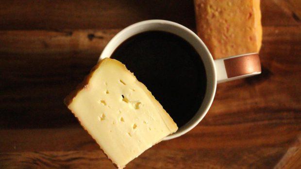La extraña tradición de sopear el café con queso
