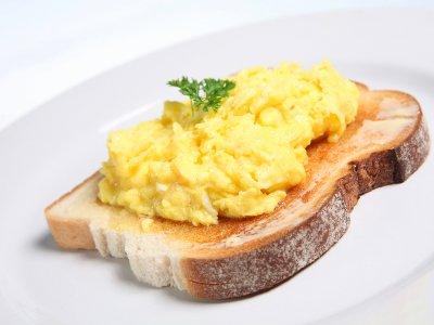La mejor forma de hacer huevos revueltos, por Gordon Ramsay, Anthony Bourdain y Jamie Oliver