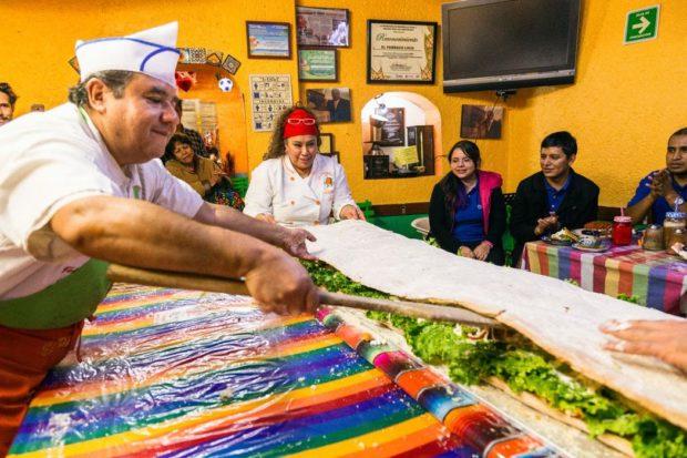 Para que no se rompa el pan, los cocineros se ayudan de una pala que parece remo.