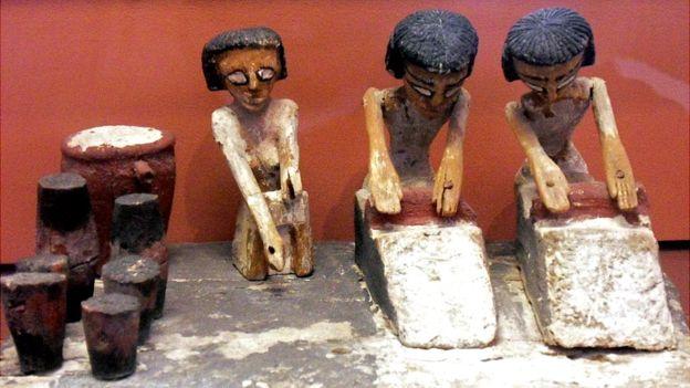 GETTY IMAGES. Figurines encontrados en tumbas egipcias en los que se ve como hacían pan. Los egipcios metían escenas domésticas en sus últimas moradas para llevárselas a la vida del más allá.