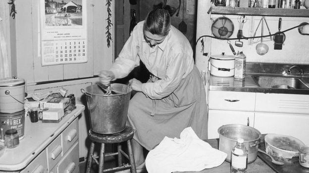 GETTY IMAGES. Mujer vigorosamente mezclando la masa del pan.