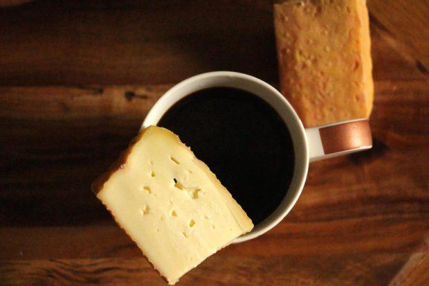 tradición de sopear el café con queso