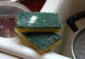 Tu esponja de cocina es un caldo de cultivo de gérmenes (y lavarla con jabón puede agravar el problema)