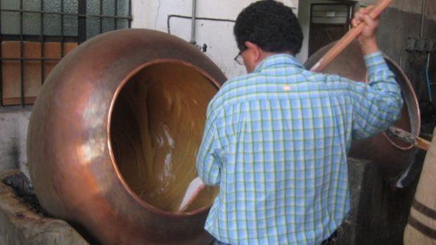En varios sitios, el dulce de leche se prepara de forma artesanal.
