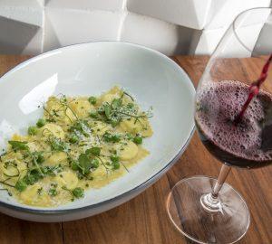 Ravioli de ricotta y limón con chícharos, habas tiernas, menta y parmesano.