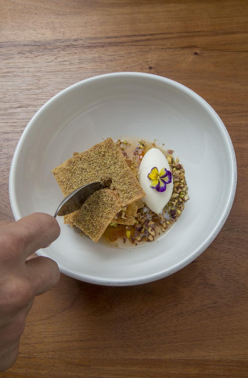 Baklava con pasta de nueces, queso ricotta y helado de flor de azahar.