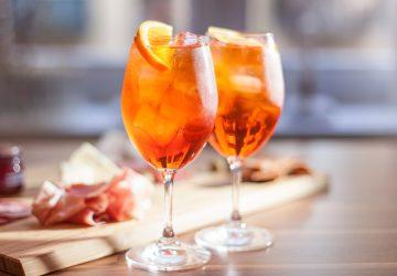 Este coctel lleva un licor llamado Apperol, vino espumoso y agua mineral.