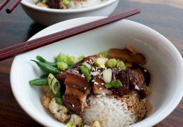 Hay una forma correcta de colocar los palillos cuando comes arroz.