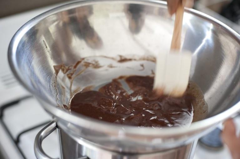 Al derretir chocolate no te pases de la temperatura, puede quedarte grumoso.