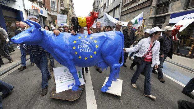 AFP. Los productores de leche belgas bloquearon el acuerdo comercial entre UE y Canadá.