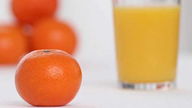 Susan Jebb recomienda ingerir piezas de fruta en lugar de jugos.