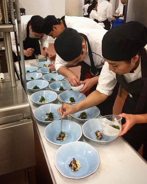 Un equipo de cocineros, haciendo posible la próxima comanda. Foto cortesía de Restaurante Barroco.